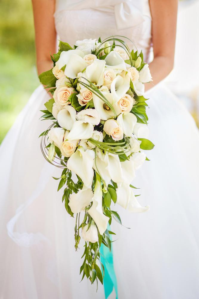 bouquet a cascata, rose e calle