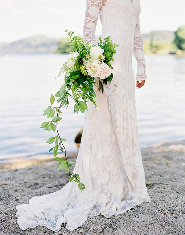 Immagine di una sposa con bouquet a cascata