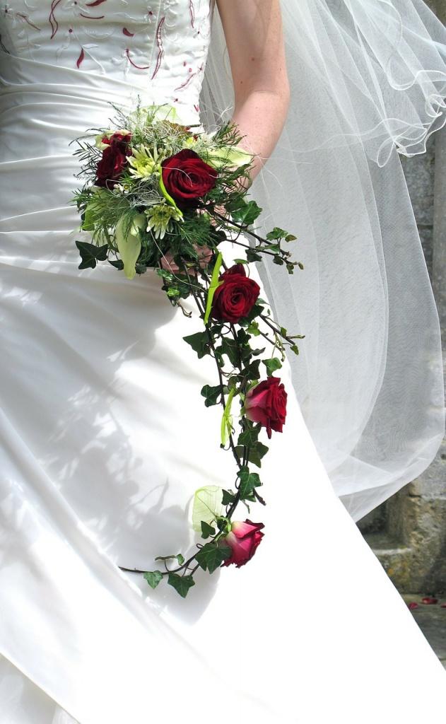 bouquet sposa a cascata con edera e rose rosse